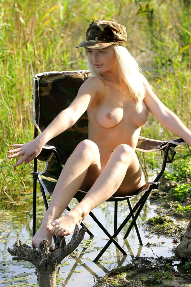 golaja_rysskaja_blondinka_na_rybalke_11.jpg